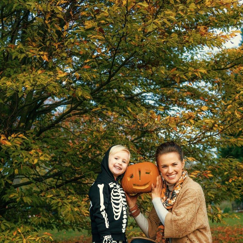 Zucca di Halloween scolpita rappresentazione della figlia e della madre fotografia stock