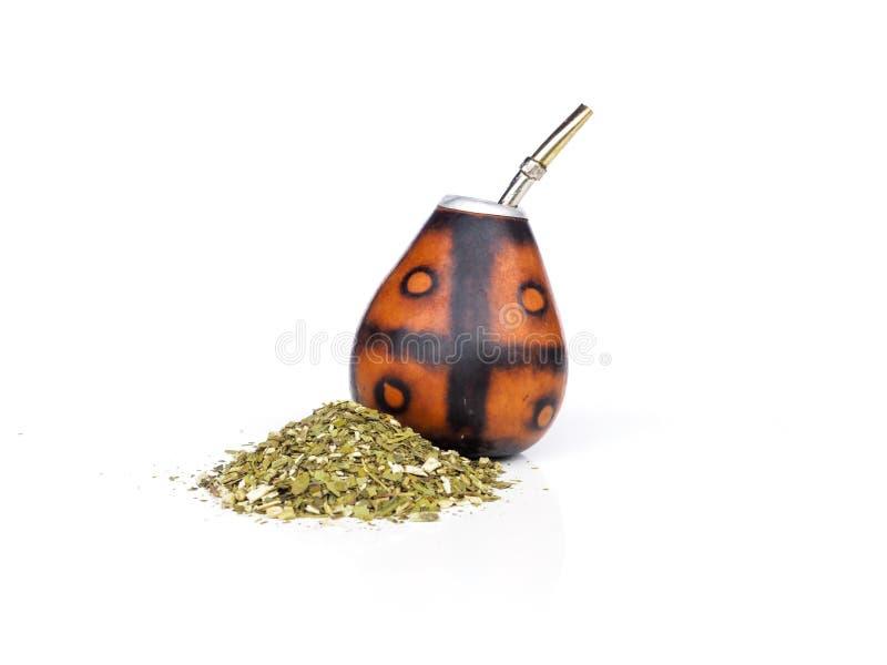 Zucca a fiaschetta per l'erba mate con il suo bombilla con molta erba mate su un fondo bianco immagine stock