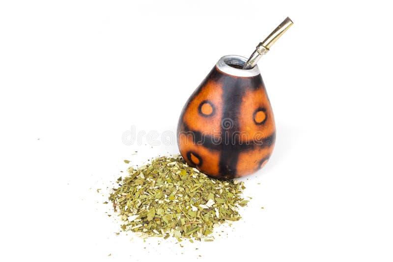 Zucca a fiaschetta per l'erba mate con il suo bombilla con molta erba mate su un fondo bianco fotografia stock