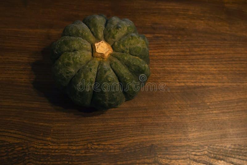 Zucca giapponese sulla tavola immagini stock