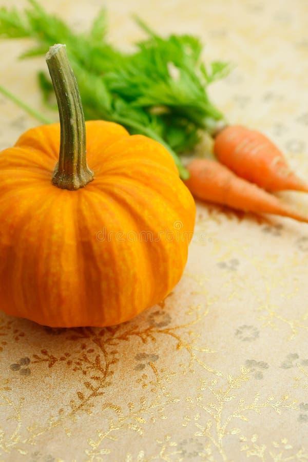 Zucca miniatura con le carote immagini stock libere da diritti