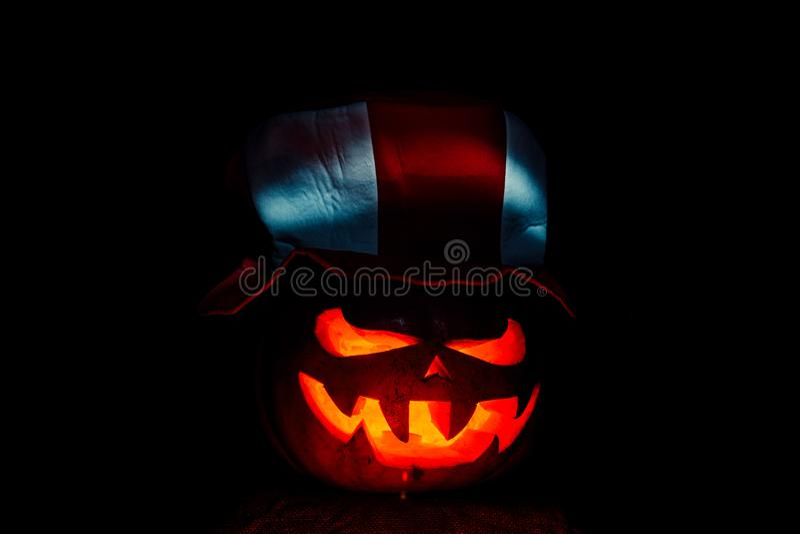 Zucca molto spaventosa di Halloween, con un'occhiata minacciosa e un grinn fotografie stock
