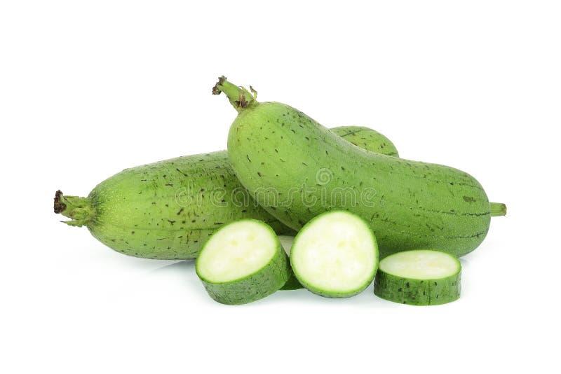 Zucca o luffa di spugna verde fresca con la fetta isolata su bianco immagine stock