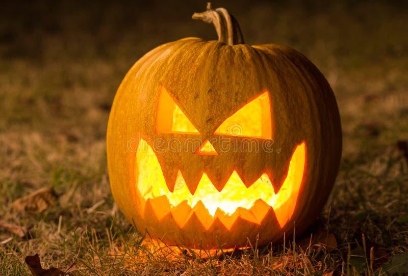 Zucca spaventosa di Halloween che guarda attraverso il fumo fotografia stock