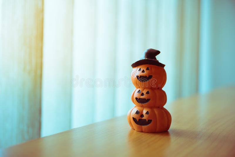 Zucca spaventosa di Halloween del primo piano usando come concetto di Halloween fotografia stock libera da diritti