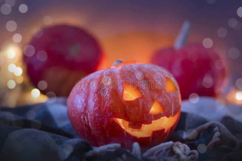 Zucche di Halloween della lanterna di Jack O, candele brucianti Simbolo di Halloween immagini stock libere da diritti