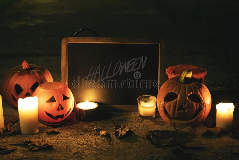 Zucche e candele di Halloween con la lavagna fotografia stock