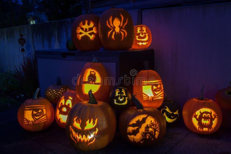 Zucche scolpite spettrali di Halloween illuminate con le candele fotografia stock