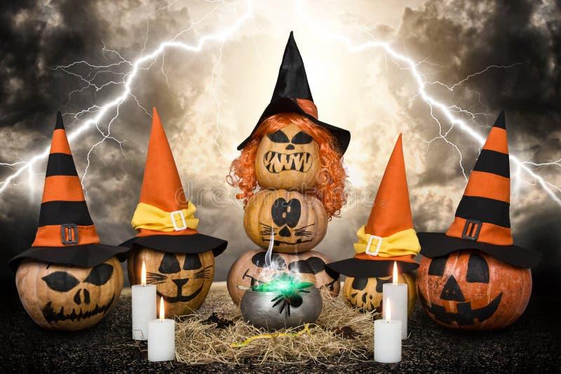 Zucche spaventose per Halloween witchcraft Progettazione di Halloween con le zucche fotografia stock libera da diritti