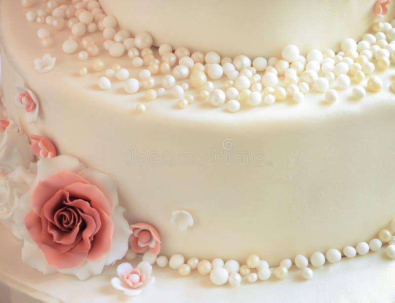 Zuccheri le rose con le perle sul primo piano del dolce immagini stock