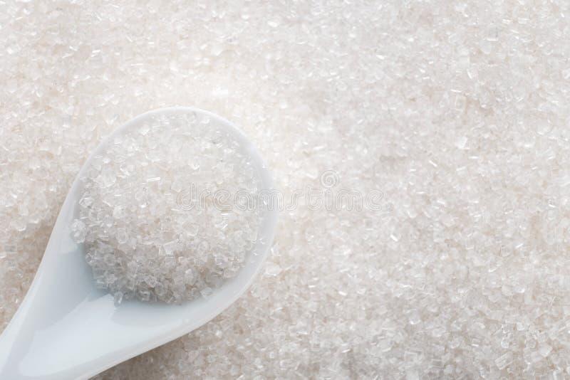 Zucchero bianco in cucchiaio ceramico immagini stock libere da diritti