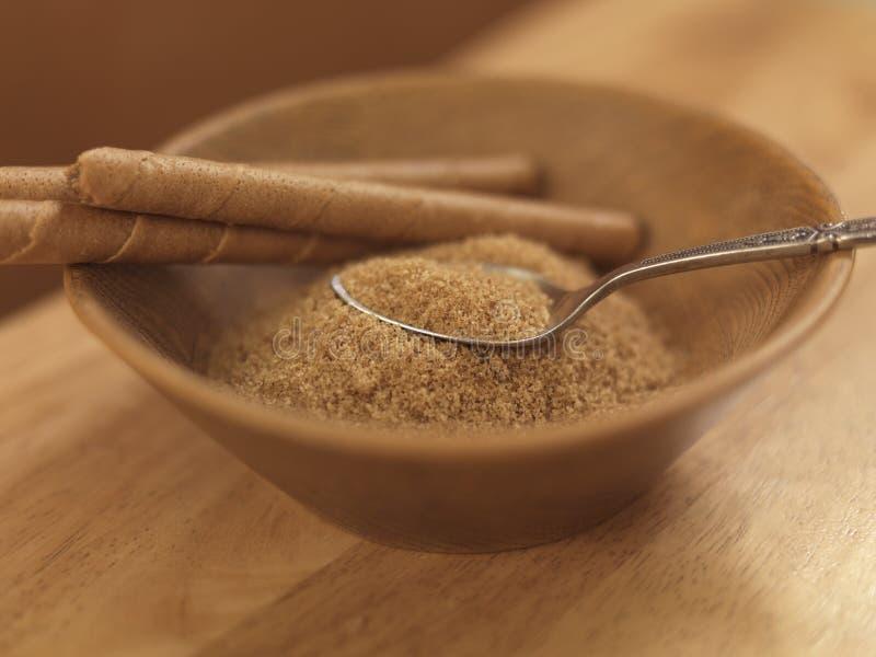 Zucchero bruno in ciotola di legno immagini stock libere da diritti