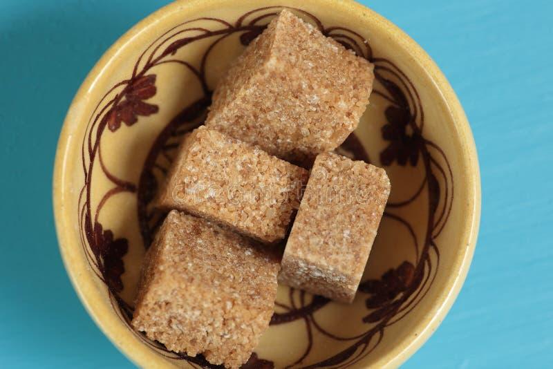 Zucchero bruno in cubi immagini stock