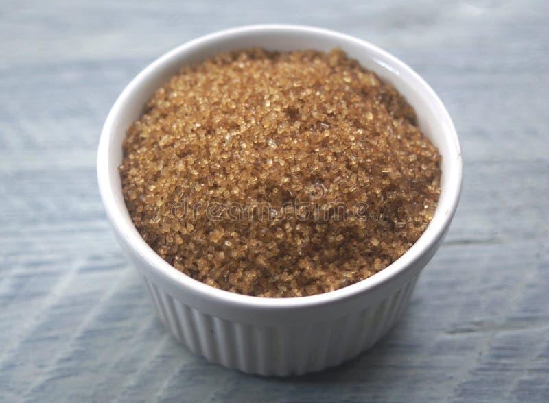 Zucchero bruno in un Ramekin fotografie stock