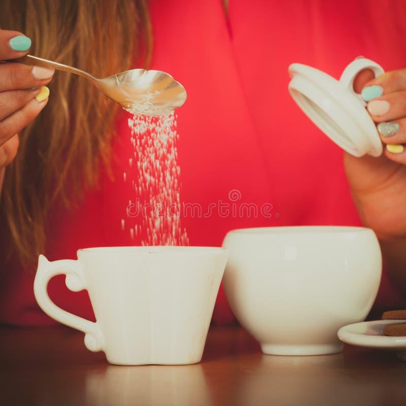 Zucchero d'aggiunta umano a tè o a caffè immagine stock