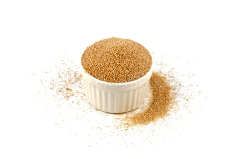 Zucchero di canna di Brown in ciotola ceramica isolata su fondo bianco fotografie stock