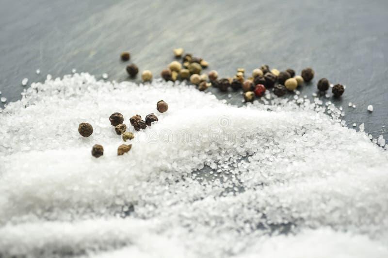 Zucchero e sale rovesciati sulla tavola Condendo per i piatti T fotografia stock