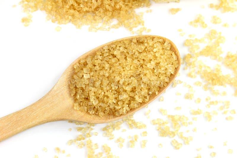 Zucchero granulato, marrone in una tazza bianca, giallo dello zucchero granulato dello zucchero granulato sul cucchiaio di legno  immagini stock libere da diritti