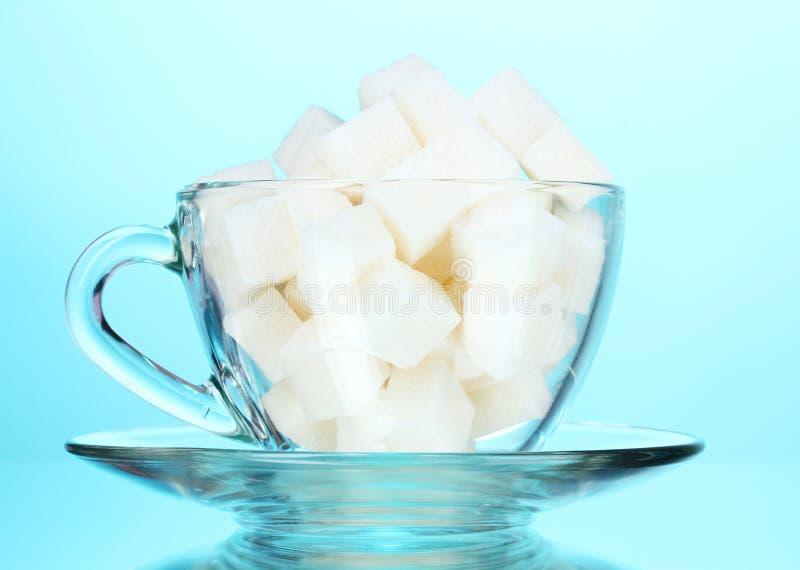 Zucchero raffinato in una tazza fotografie stock