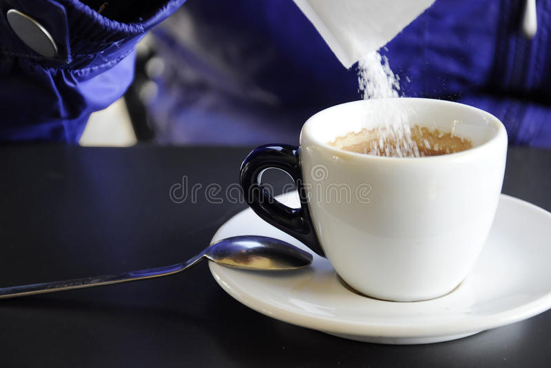 Zucchero in una tazza di caffè fotografia stock libera da diritti