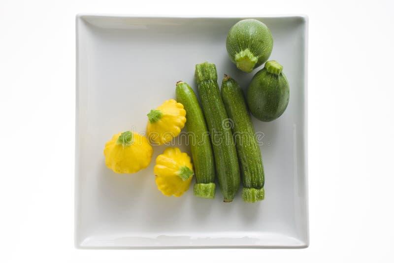 zucchini белизны плиты стоковые фотографии rf