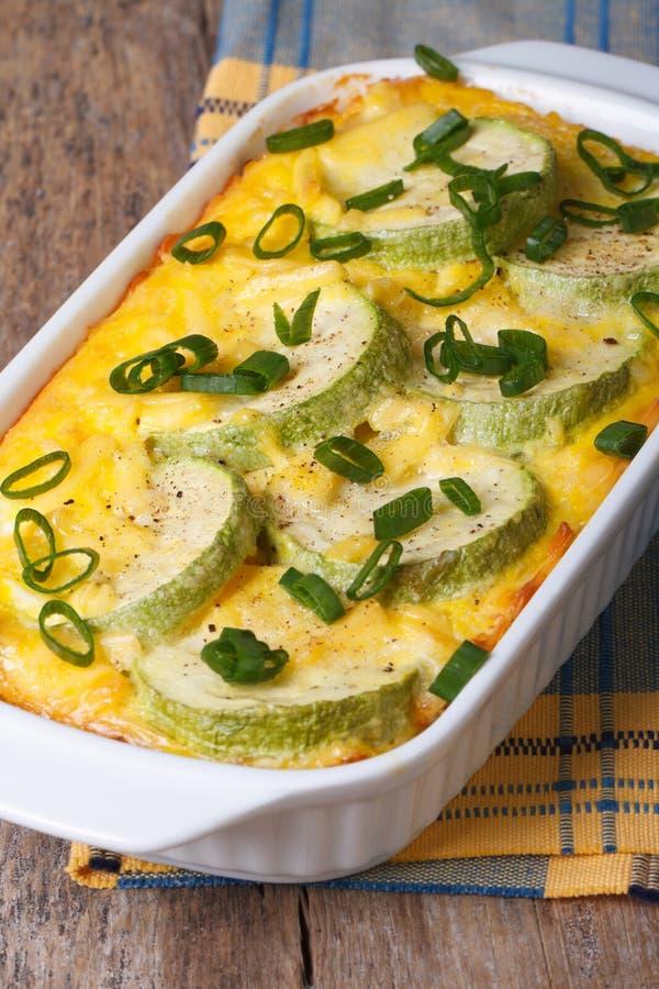 Zucchini al forno con formaggio, le uova ed il verticale della cipolla fotografia stock libera da diritti