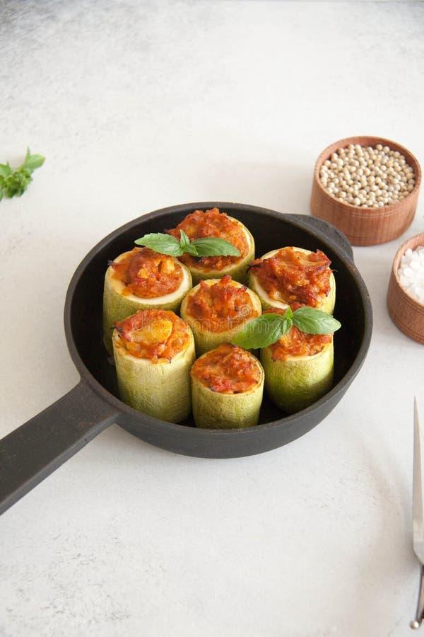 Zucchini angefüllt mit Veggies stockfotos