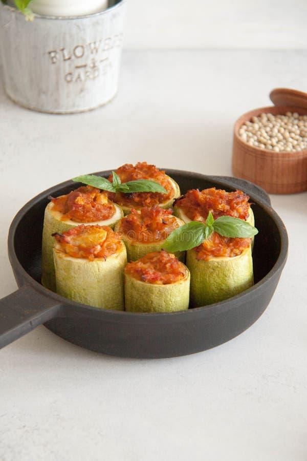 Zucchini angefüllt mit Veggies lizenzfreie stockbilder