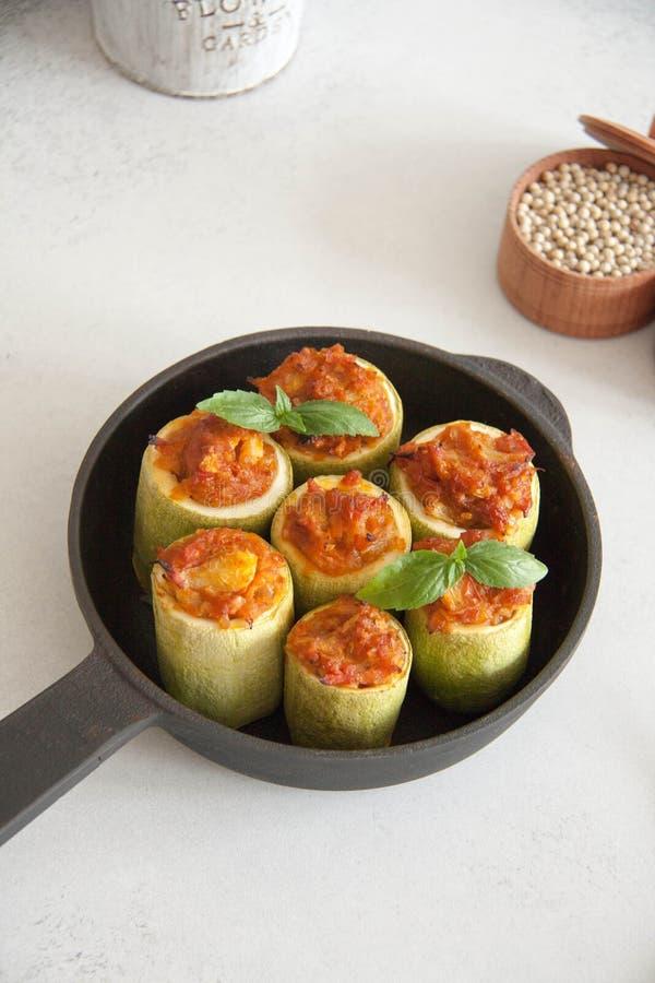 Zucchini angefüllt mit Veggies lizenzfreie stockfotos