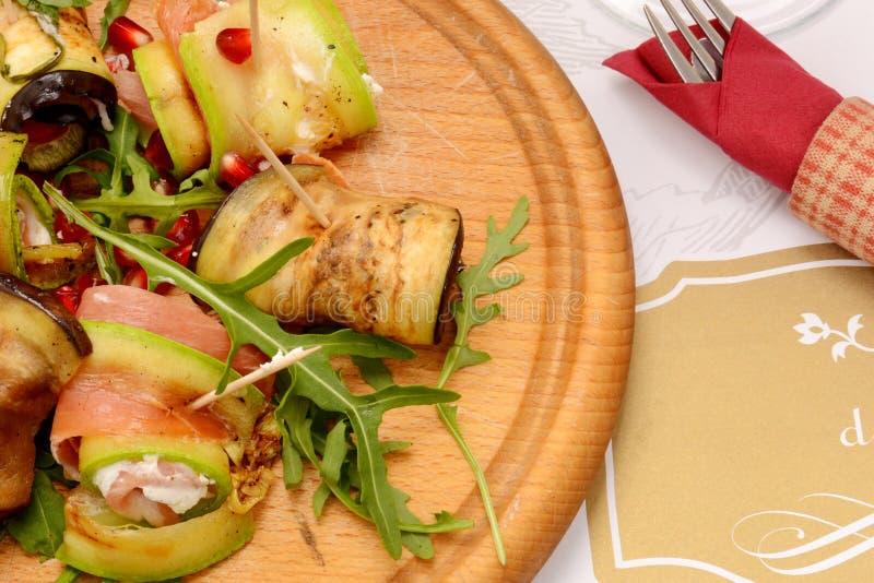 Zucchini arrostito con il formaggio del pomodoro, della rucola, del bacon e della mozzarella fotografia stock libera da diritti