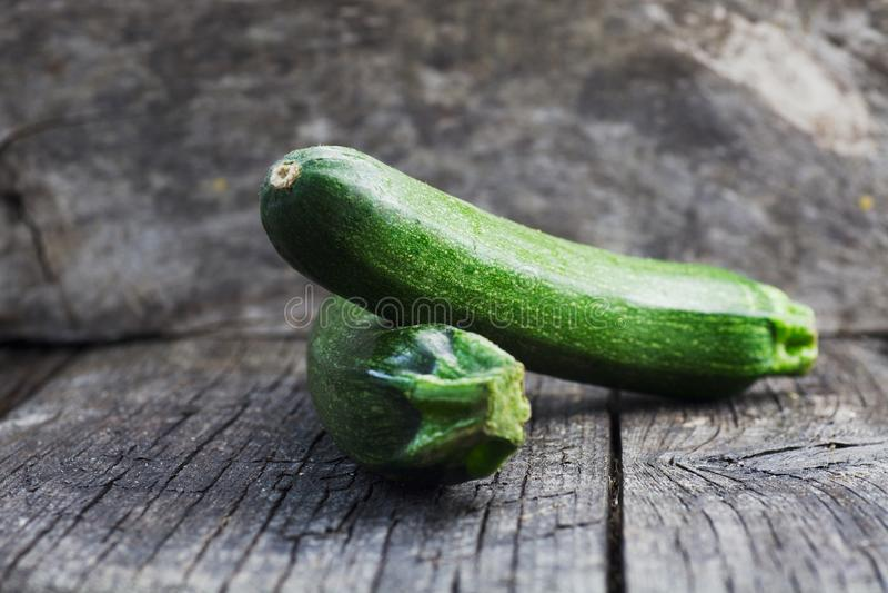 Zucchini auf Holz stockfotografie