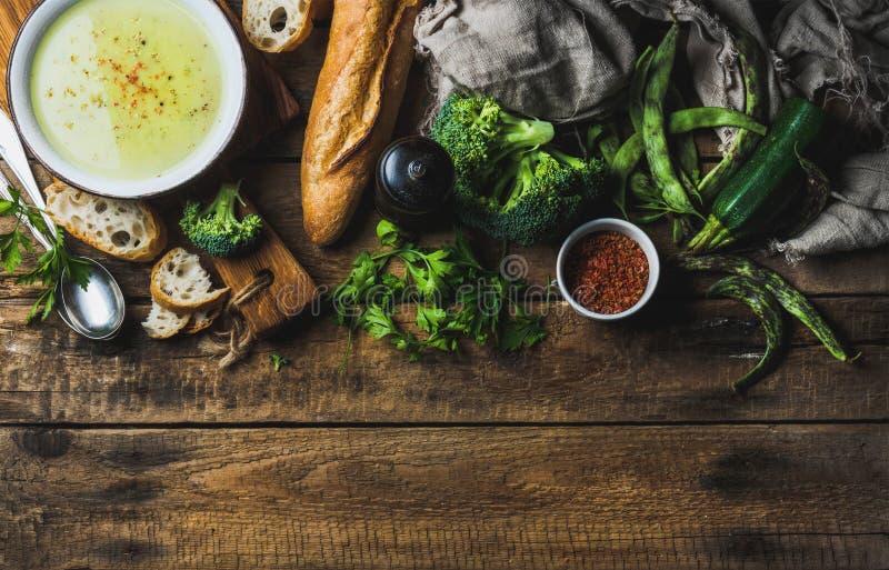 Zucchini, brokuły i fasolki szparagowej kremowa polewka w pucharze, obraz stock