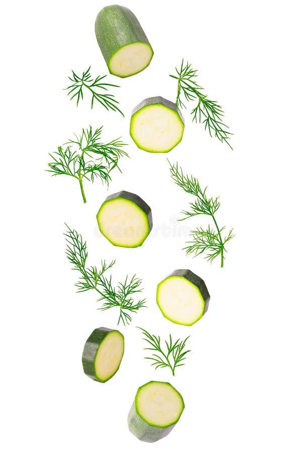 Zucchini di Frash ed erba di caduta dell'aneto isolata su bianco immagine stock