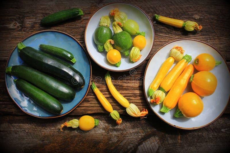 Zucchini di varietà, zucca su un fondo di legno, vista superiore Concetto vegetariano dell'alimento di dieta Cottura degli ingred immagine stock libera da diritti