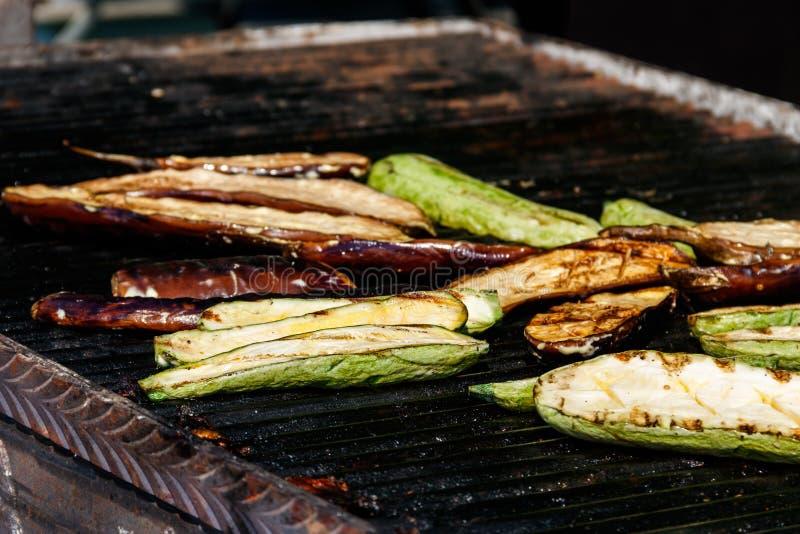 Zucchini et aubergines cuisinent sur un grill image libre de droits