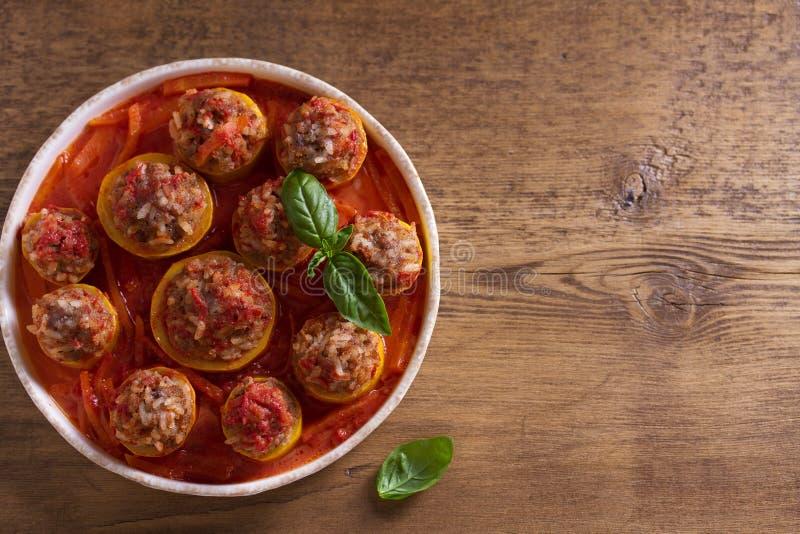 Zucchini farcito con carne, riso e le verdure Zucchini caricato immagini stock