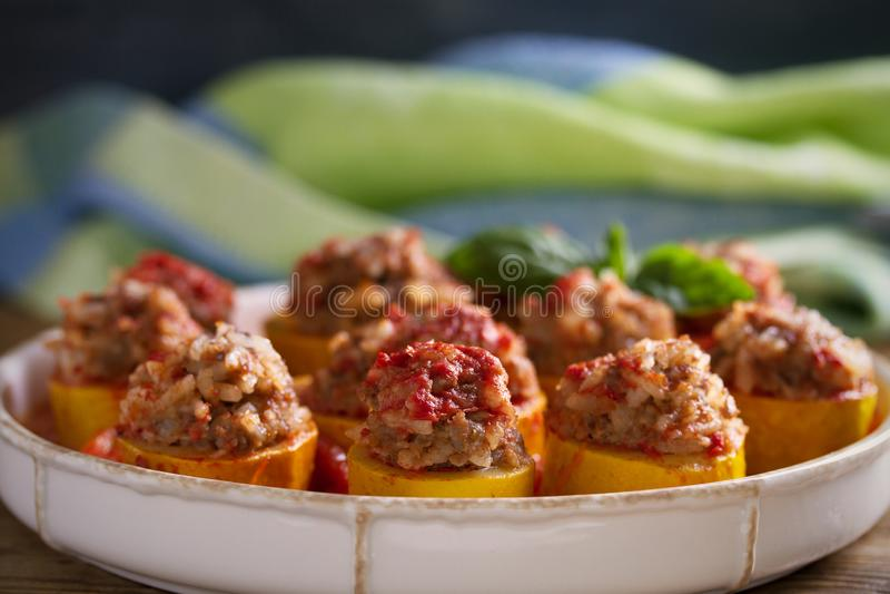 Zucchini farcito con carne, riso e le verdure in salsa al pomodoro Zucchini caricato immagine stock