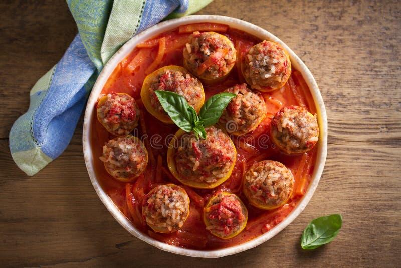 Zucchini farcito con carne, riso e le verdure in salsa al pomodoro Zucchini caricato immagini stock libere da diritti