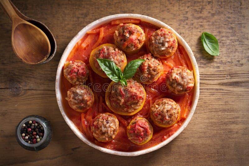 Zucchini farcito con carne, riso e le verdure in salsa al pomodoro Zucchini caricato fotografia stock libera da diritti