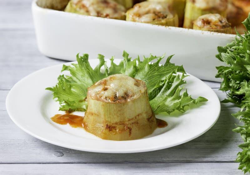 Zucchini farcito con carne tritata, verdure con insalata fotografia stock libera da diritti