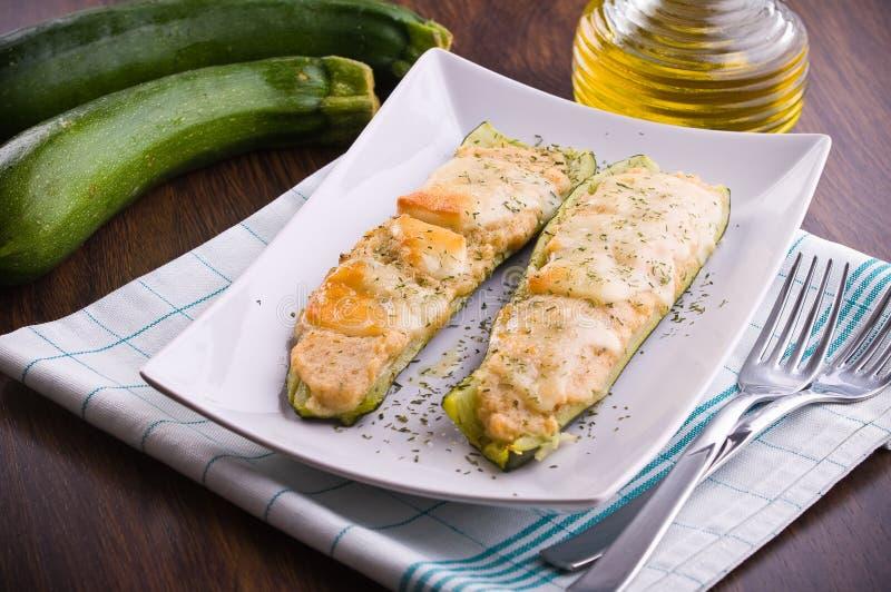 Zucchini farcito con formaggio. immagini stock libere da diritti
