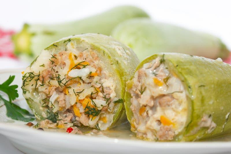 Zucchini farcito con riso, carne tritata e le verdure immagini stock libere da diritti