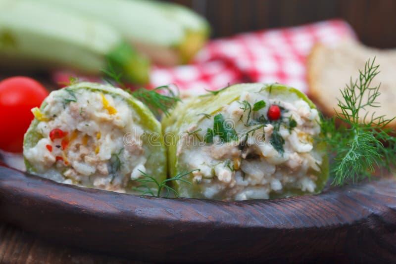 Zucchini farcito con riso, carne tritata e le verdure fotografia stock libera da diritti