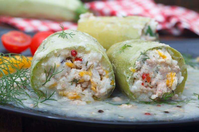 Zucchini farcito con riso, carne tritata e le verdure fotografie stock