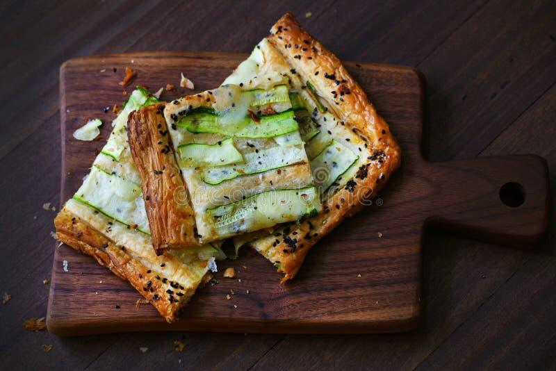 Zucchini galette cięcie w kwadratach, skorupiasty zakąska cząberu ciasto obraz royalty free