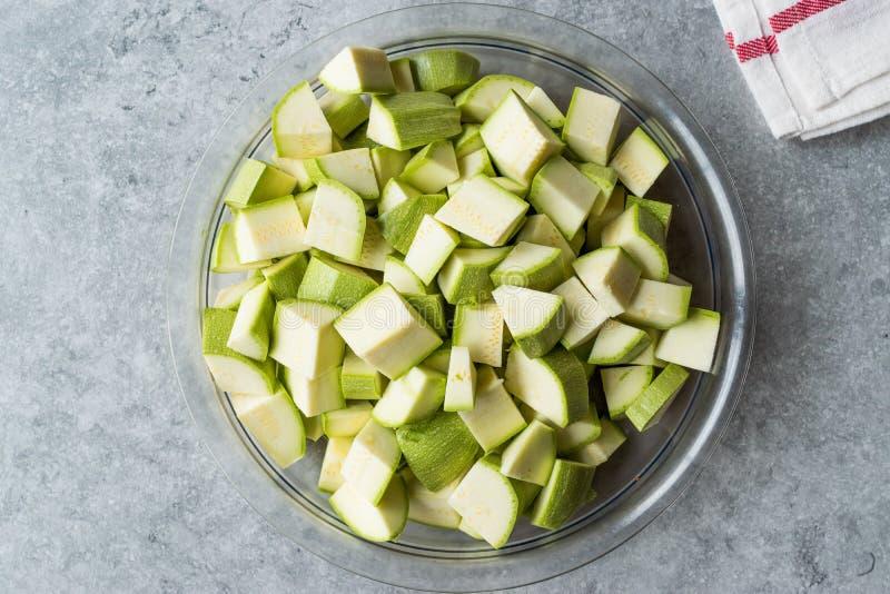Zucchini/Zucchini hackten Würfel in der Glasschüssel lizenzfreies stockfoto