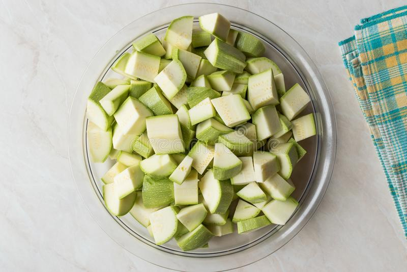 Zucchini/Zucchini hackten Würfel in der Glasschüssel stockbilder