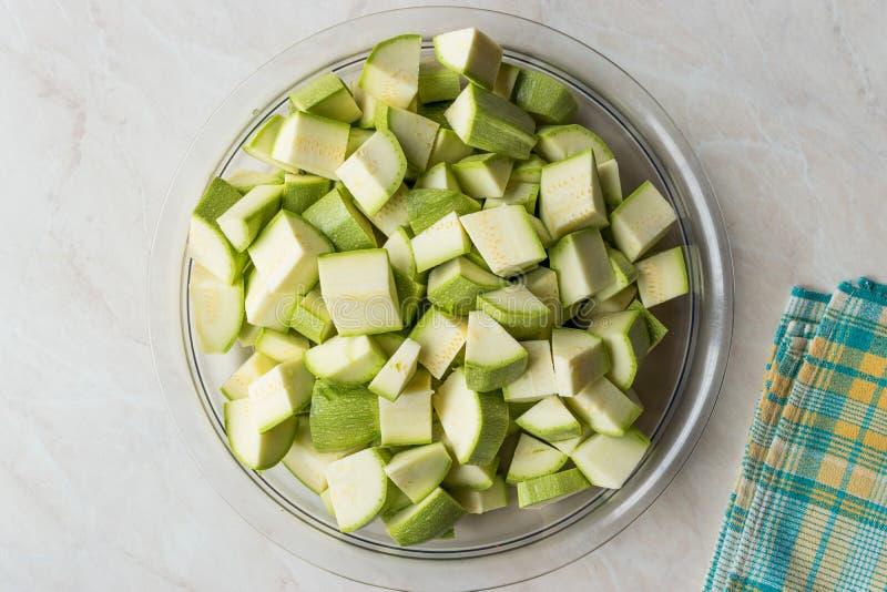 Zucchini/Zucchini hackten Würfel in der Glasschüssel stockfotos