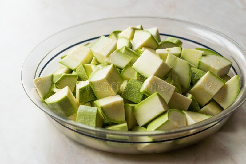 Zucchini/Zucchini hackten Würfel in der Glasschüssel lizenzfreies stockbild