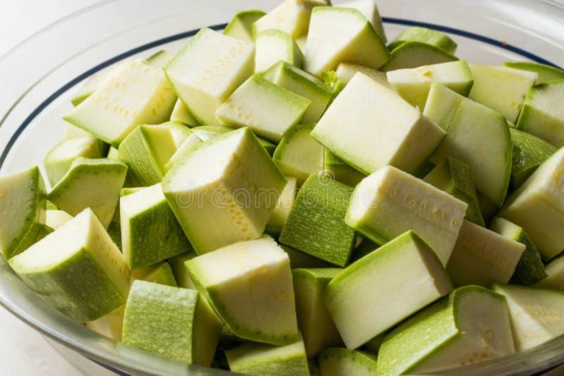 Zucchini/Zucchini hackten Würfel in der Glasschüssel lizenzfreie stockfotografie